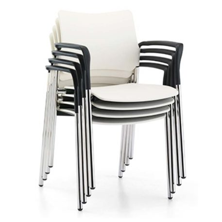 Detalle vista frontal silla modelo Urban cuatro patas con brazos apilable.