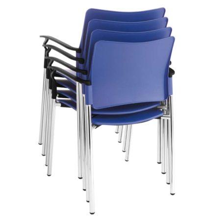 Detalle vista posterior silla modelo Urban cuatro patas con brazos apilable.