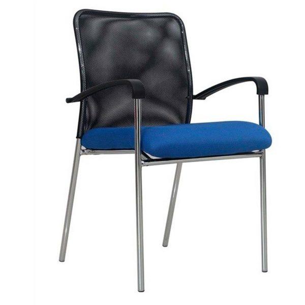 Vista silla cuatro patas modelo Capital con brazos, respaldo malla negra, asiento tapizado azul