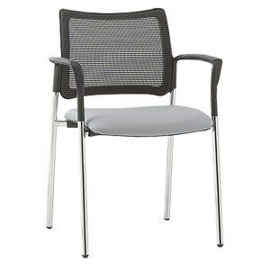 Vista frontal del silla modelo urban estructura cromada con brazos, asiento tapizado y respaldo tapizado en malla negra.