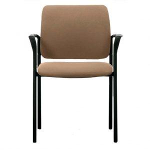 Vista frontal del silla modelo urban estructura negra con brazos, asiento y respaldo tapizado camel