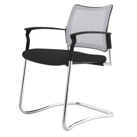 Vista angulo de silla patin Urban estructur cromado respaldo en mesh asiento tapizado negro