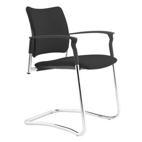 Vista ángulo de silla patín Urban con brazos. Estructura cromada. Asiento y respaldo tapizado negro