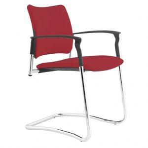 Vista ángulo de silla patín Urban con brazos. Estructura cromada. Asiento y respaldo tapizado granate
