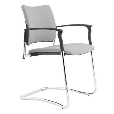 Vista ángulo de silla patín Urban con brazos. Estructura cromada. Asiento y respaldo tapizado gris
