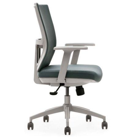 vista lateral de silla miño respaldo en mesh gris y asiento tapizado gris con brazos