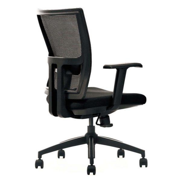 vista trasera y detalle refuerzo respaldo y pieza de ajuste lumbar de silla miño respaldo en mesh negra y asiento tapizado negro con brazos