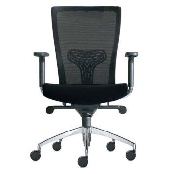 Vista frontal de la silla komfort base aluminio brazo regulable respaldo malla asiento tapizado