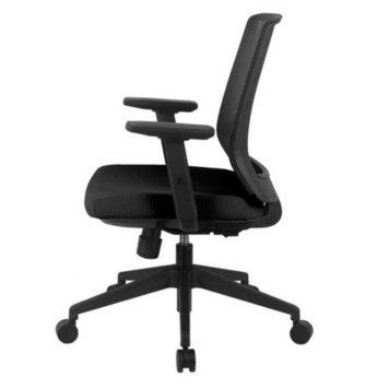 vista lateral silla giratoria con brazos respaldo en malla negra asiento tapizado en tela negra