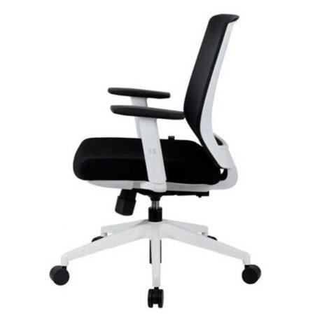 vista lateral de silla giratoria con brazos respaldo en malla negra asiento tapizado en tela negra