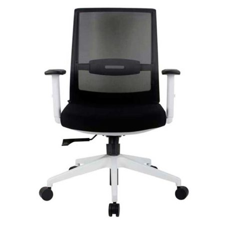 vista frontal de silla giratoria con brazos respaldo en malla negra asiento tapizado en tela negra
