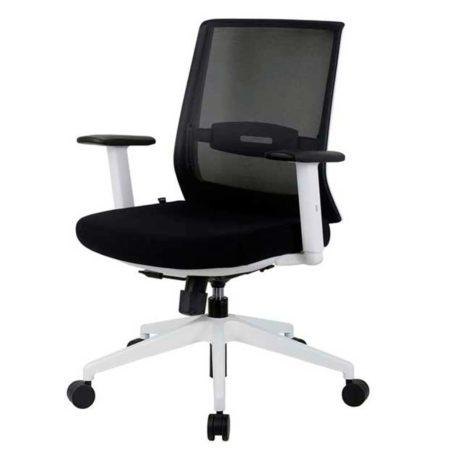 vista silla giratoria blanca con brazos respaldo en malla negra asiento tapizado en tela negra