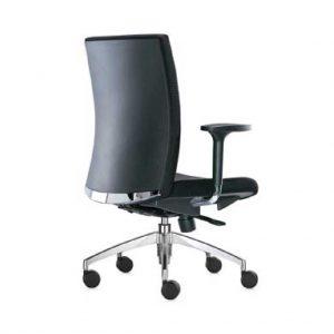 detalle parte trasera del respaldo silla star con embellecedor cromado