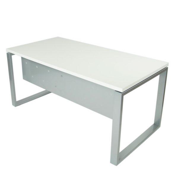 Vista mesa completa level Cerrada, con faldón y patas metálicas en gris plata y tapa blanco