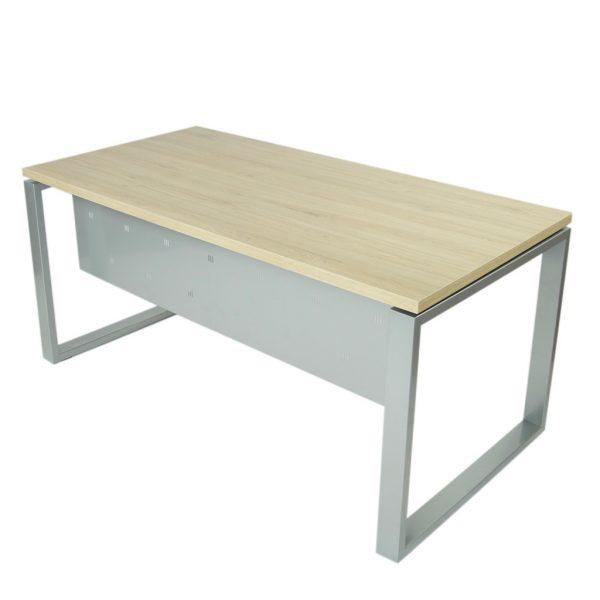 Vista mesa completa level Cerrada, con faldón y patas metálicas en gris plata y tapa roble midas