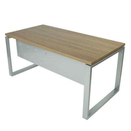 Vista mesa completa level Cerrada, con faldón y patas metálicas en gris plata y tapa saratoga