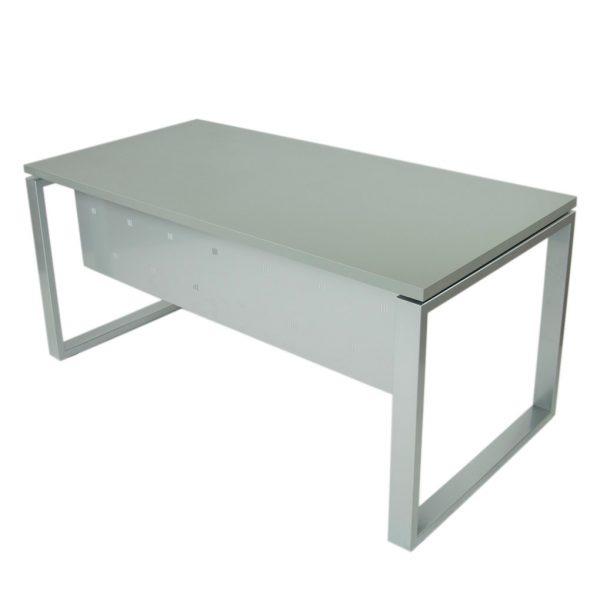 Vista mesa completa level Cerrada, con faldón y patas metálicas en gris plata y tapa gris naval