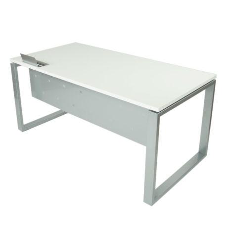 Detalle de mesa level cerrada estructura gris plata tapa blanca con top access