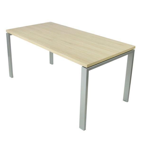 Mesa Level abierta con estructura gris plata y tapa roble midas.