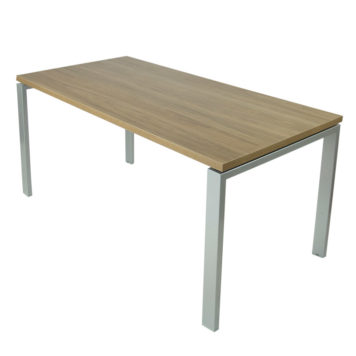 Mesa Level abierta con estructura gris plata y tapa saratoga.
