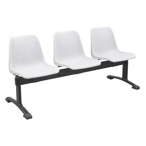 Vista bancada Polo tres asientos color blanco, sobre estructura metálica negra