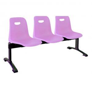 Vista bancada Vela tres asientos color fucsia, sobre estructura metálica negra